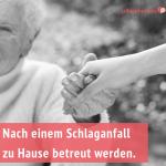 Frau hält Hand einer älteren Dame